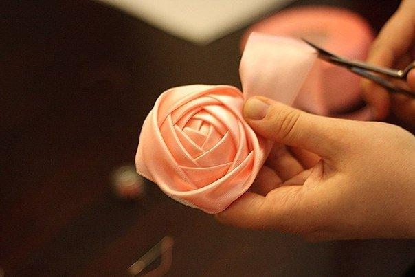 Цветок из ленты своими руками просто